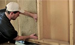 ouvrier installant un panneau isolant en chanvre